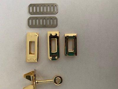 Tasslot  goudkleurig 2,5 cm x 1,3 cm Nieuw Voor een tas met klep waarover een extra band zit.